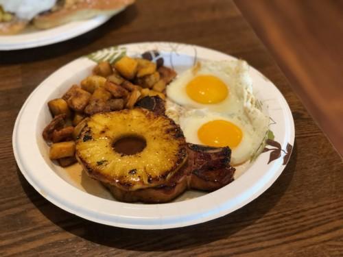 エッグスンシングス のポークチョップステーキは香ばしくてワイルド!