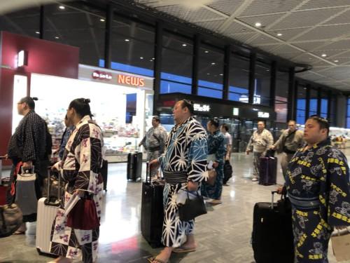 成田空港内でお相撲さんの集団に遭遇
