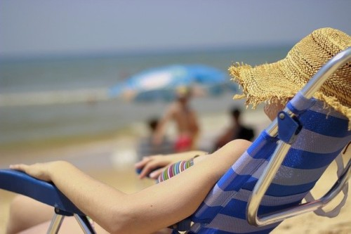 ビーチで昼寝している水着の女性