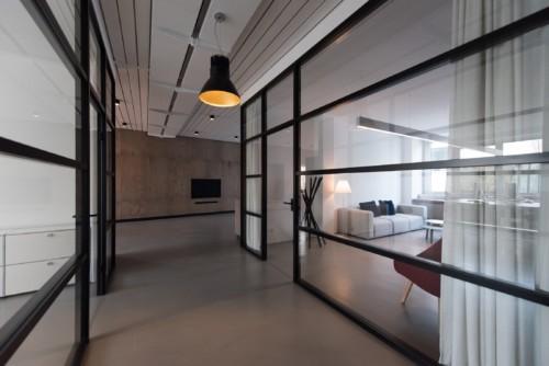 マンションの壁をぶち抜いて10億円改装の新居を増築!